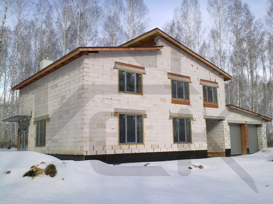 Загородный дом с высоким цокольным